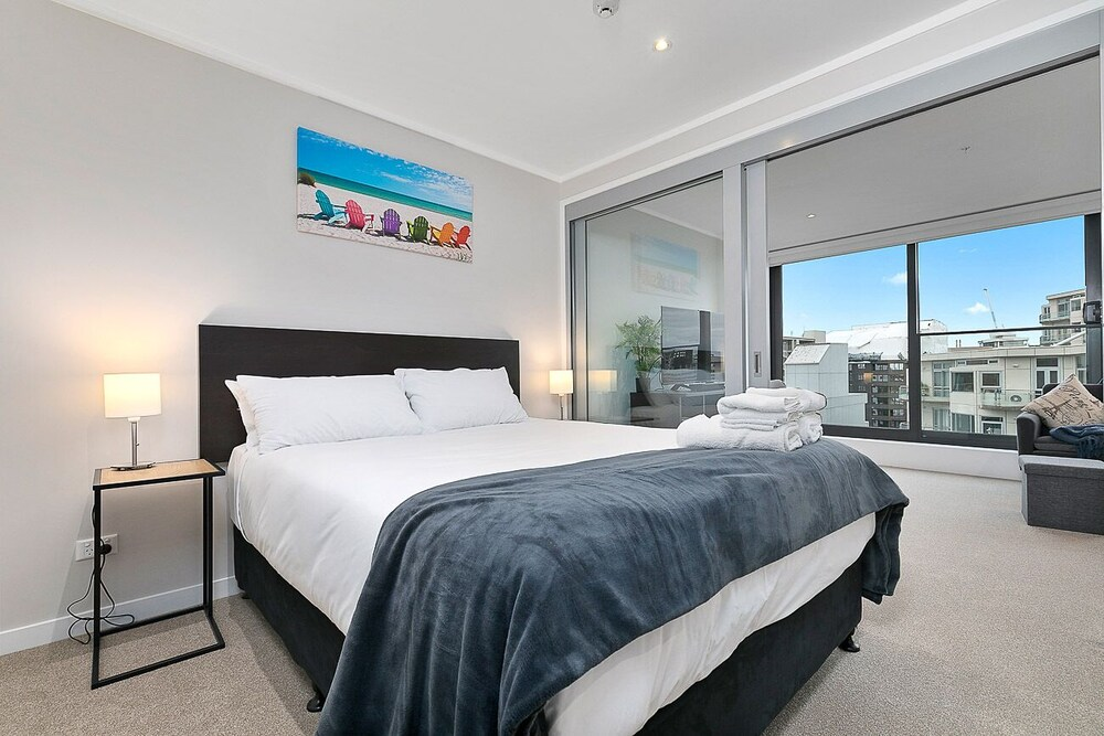 Modern CBD Apartment with Study Great Location