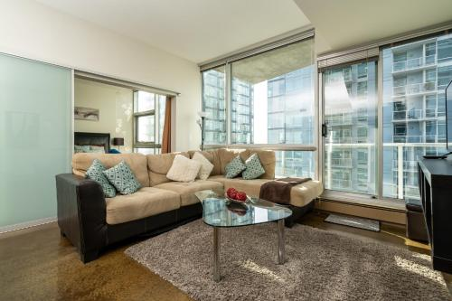 Colors Calgary Condo Parkade Parking 90min to Banff Full Kitchen 30min Airport WD Smart TV