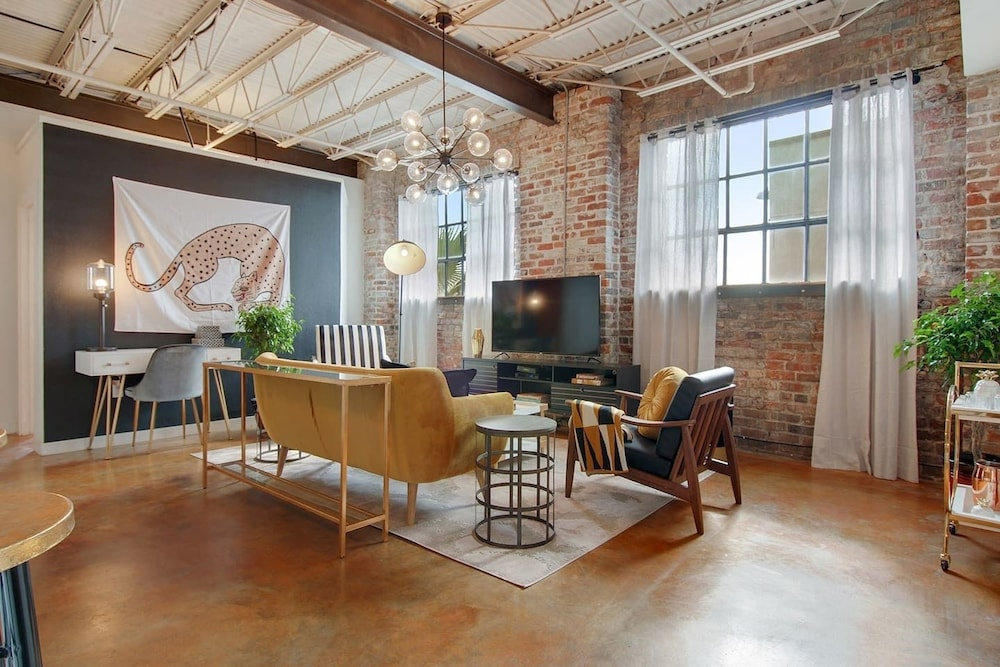 Stylish 2br 2ba Apt In Warehouse District By Domio