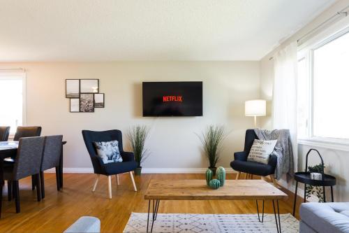 Modern Scandinavian Home 5 Mins to West Edmonton Mall Complementary Netflix and Parking