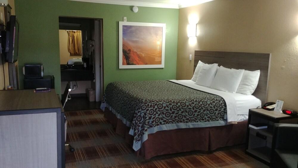 Gallery image of Days Inn by Wyndham Houston East