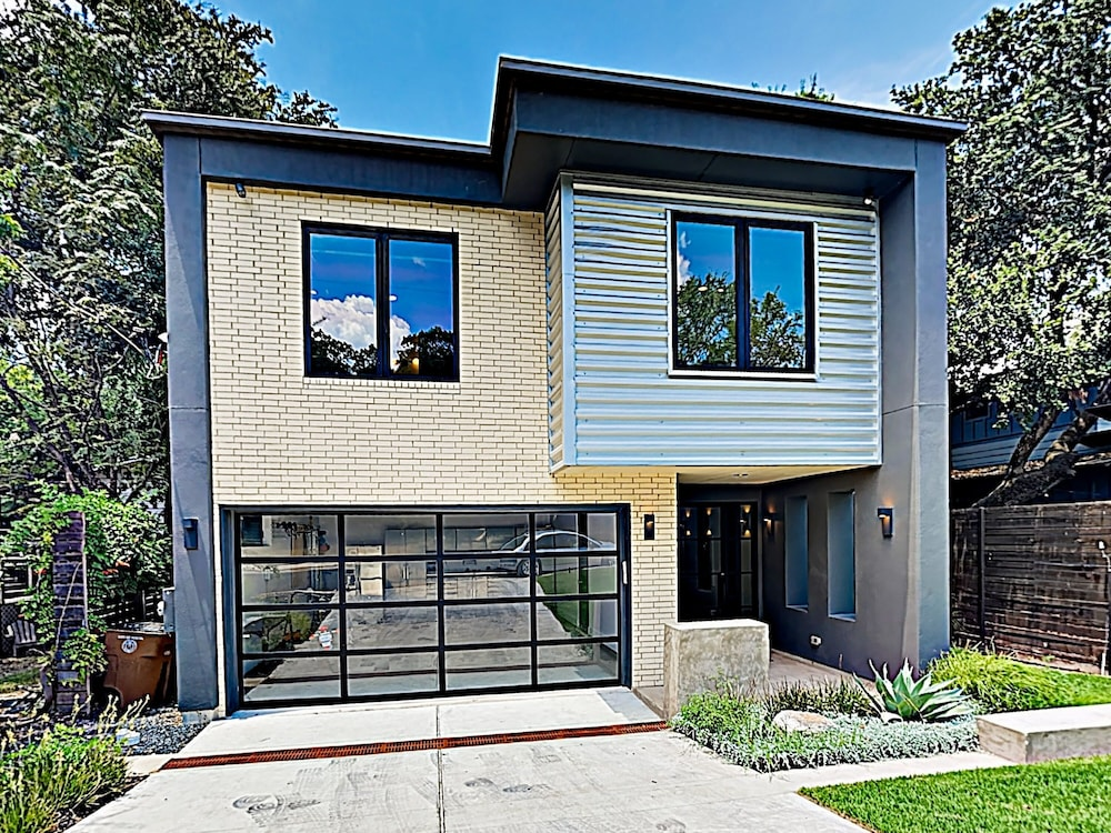 New Listing Spacious Luxe Near Downtown 4 Bedroom Home