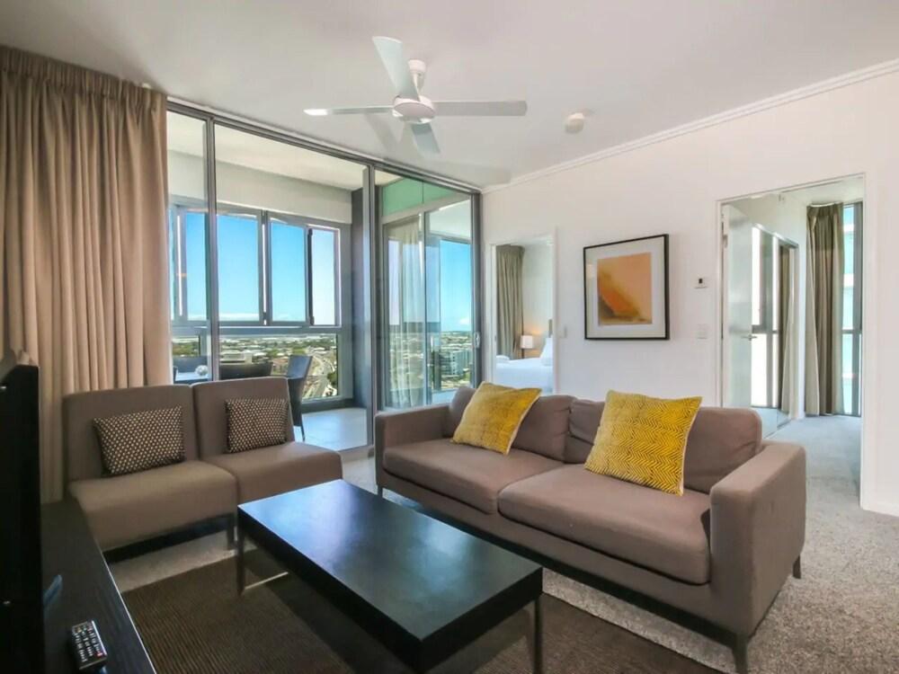 2 Bedroom Riverside Apartment in Hamilton Portside