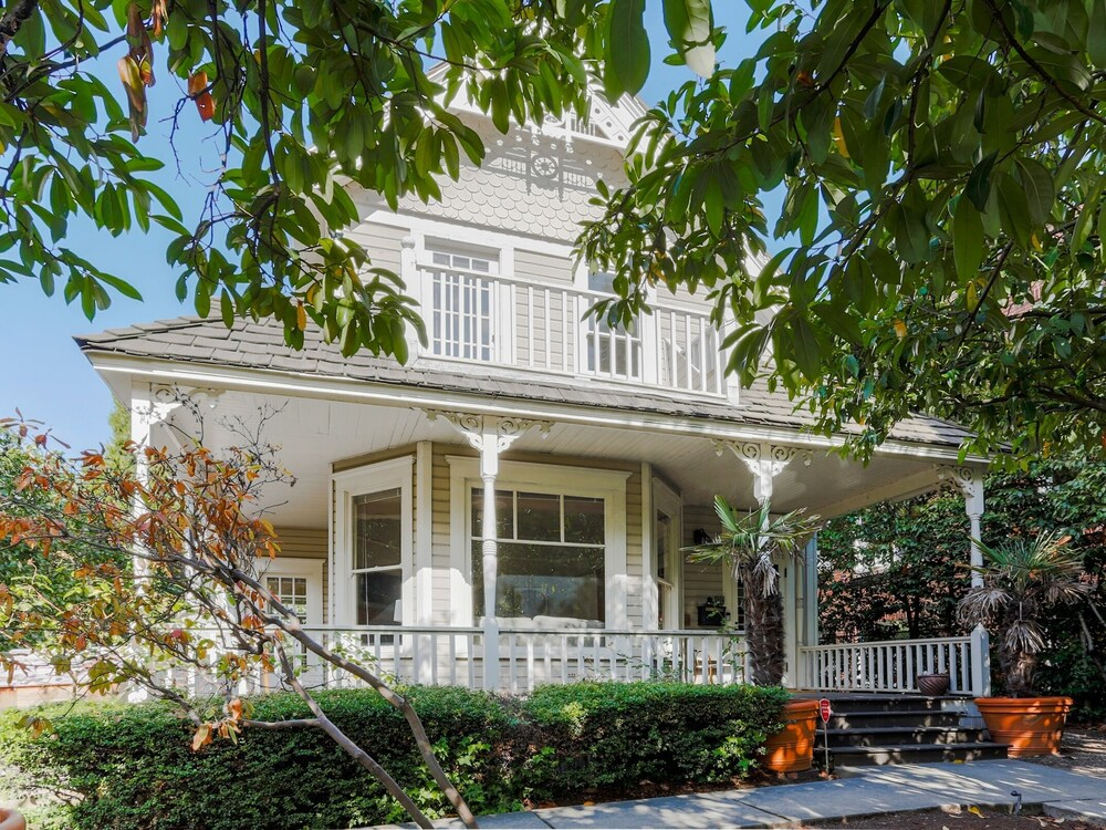 New Listing Updated Victorian W Lake Union Views 3 Bedroom Home