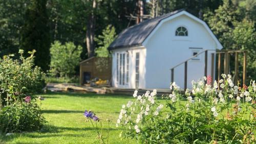 New mini villa by the creek close to Stockholm