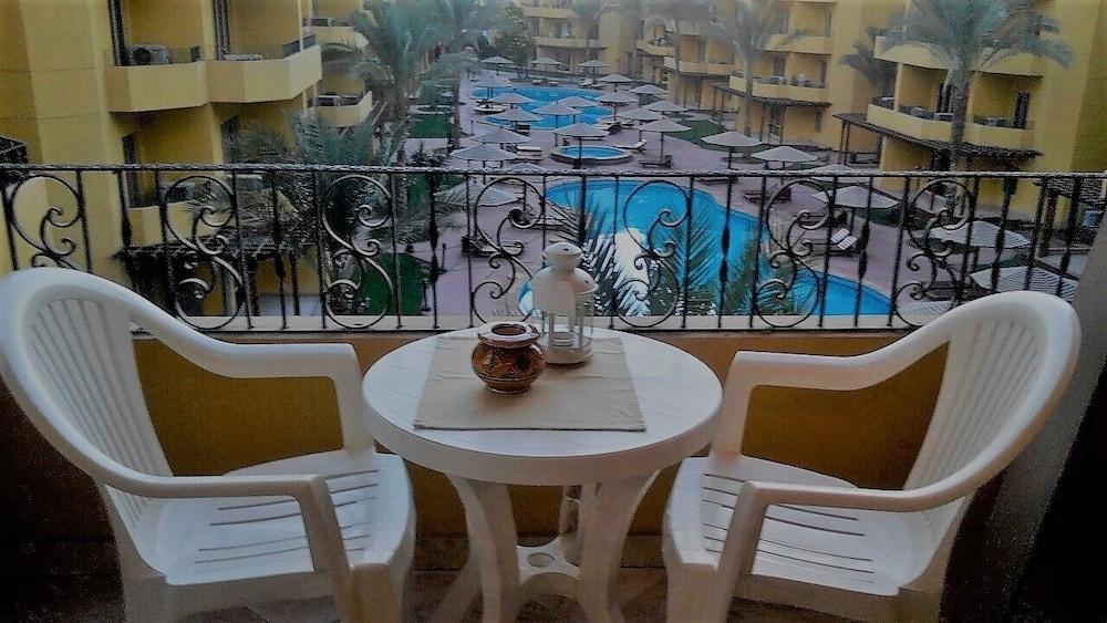 Pool View Apart At British Resort 1532