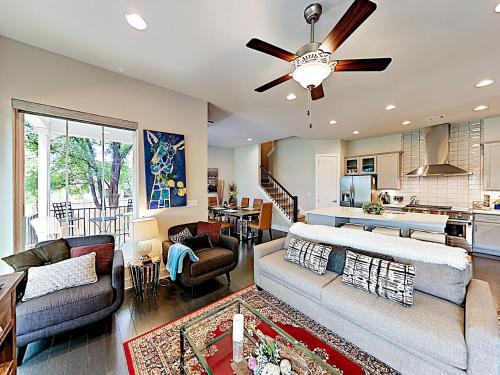 New Listing Spacious & Lavish Getaway Downtown 3 Bedroom Home
