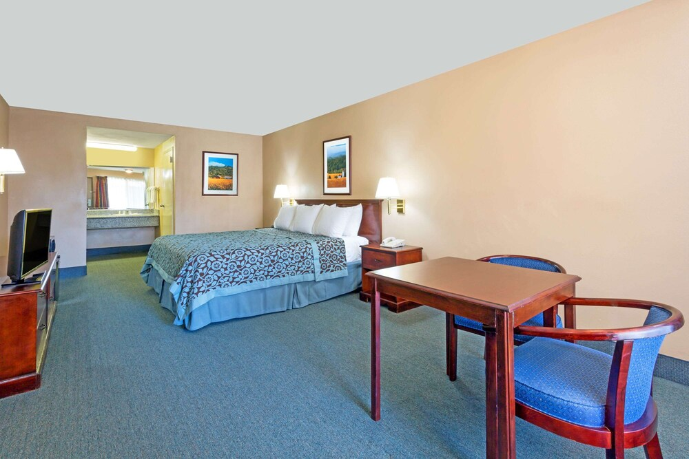 Gallery image of Days Inn by Wyndham Fontana Rialto