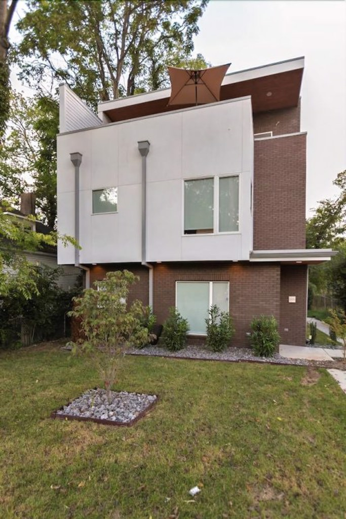 Modern 8bed 4ba Home w Roof Deck & Grill by Domio