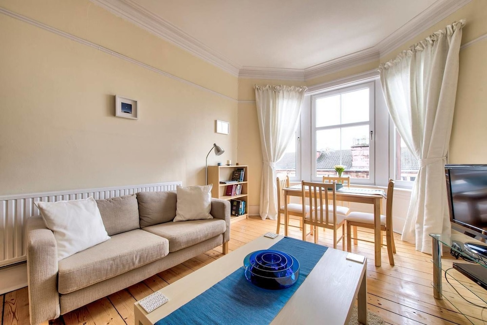Naturally Well lit and Intimate 2 bedroom West End Apt