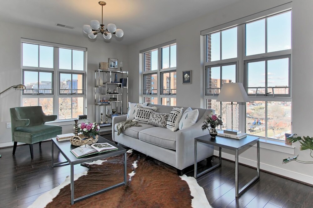 Contemporary 2BR w Pool South Capitol