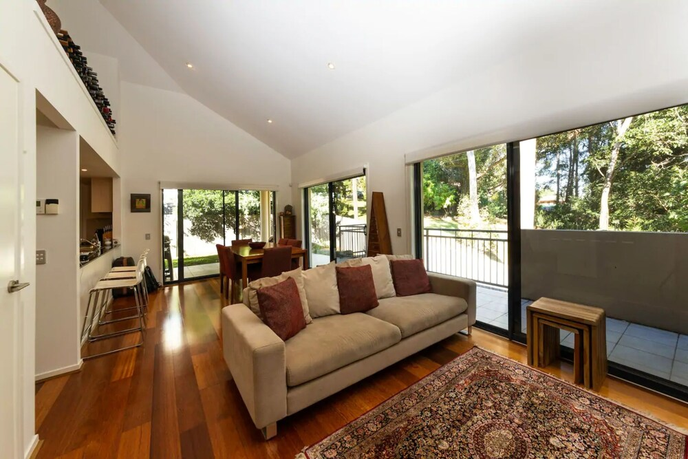 Luxurious 3 Bedroom Home In Indooroopilly Close To CBD