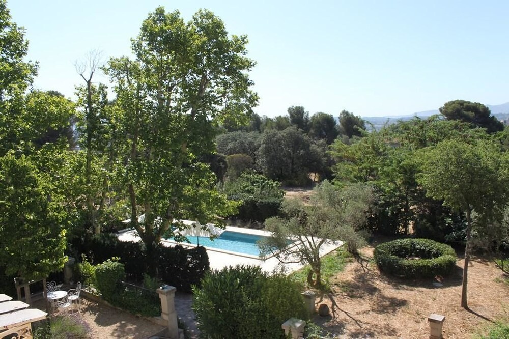 Villa croix du sud with swimming pool and park in Marseille Chalet 4