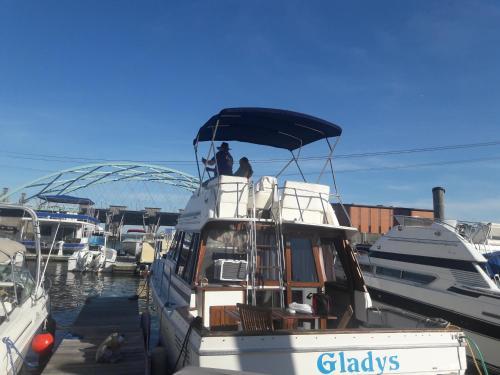 Gladys Waterfront Bayliner 32
