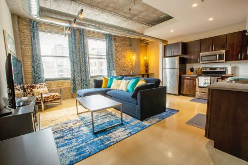 Modern Industrial 1 & 2 BR Apt in the Hip North Loop of Downtown Minneapolis
