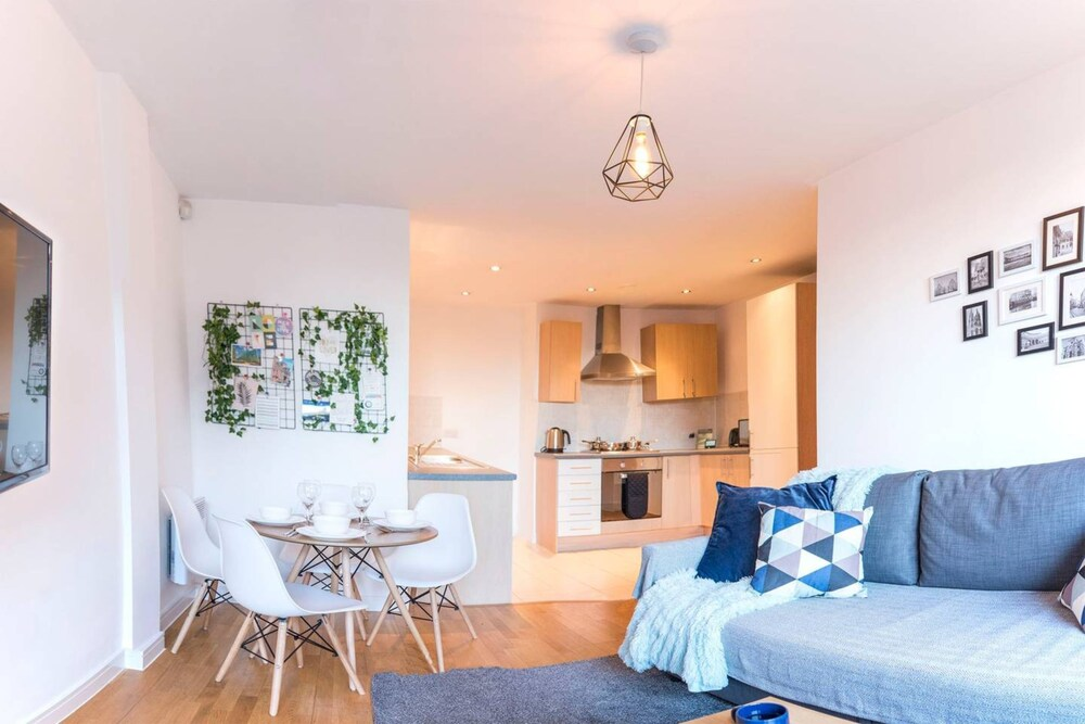 Modern 2 Bedroom Apartment in City Centre With Balcony