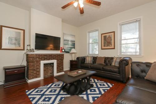 Unbeatable Downtown Location 5 Beds & Parking