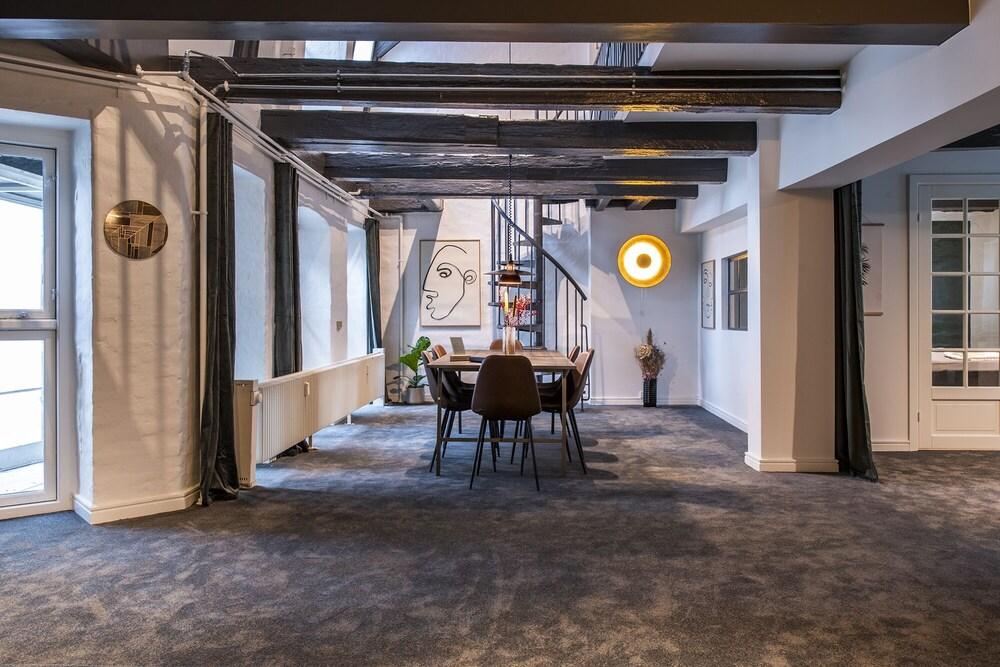Upscale penthouse by Amalienborg