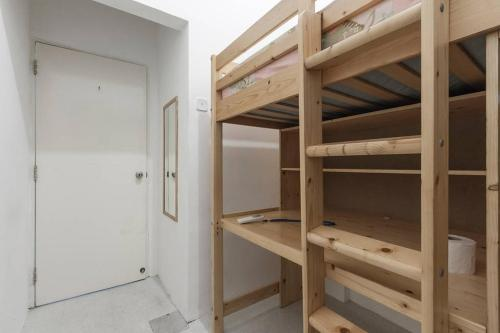 Loftbed Room within a Chinatown apartment MRT below CBD walkable