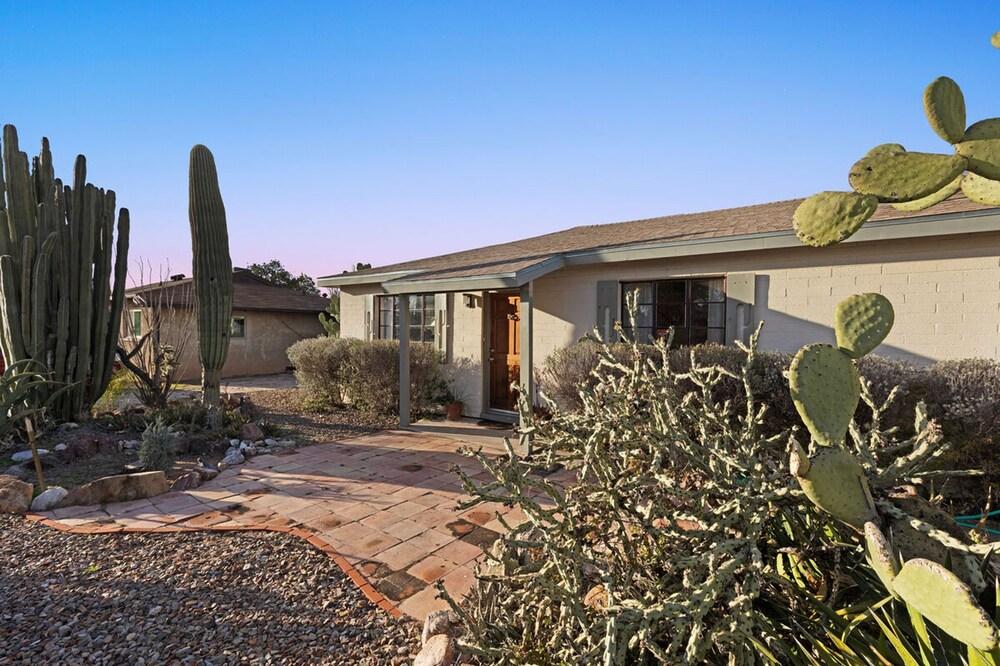 Cactus Garden Cottage 2BR by Casago