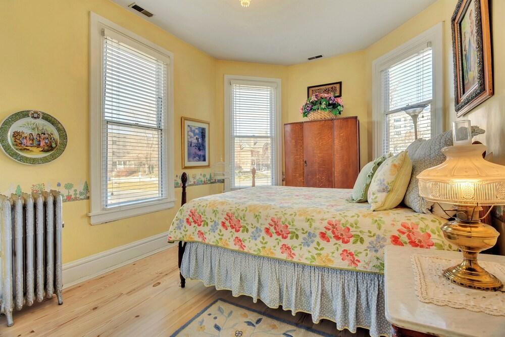 Ellerbeck Mansion Bed & Breakfast Spring Breeze Room.