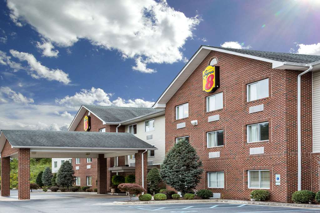 Gallery image of Super 8 by Wyndham Huntington WV