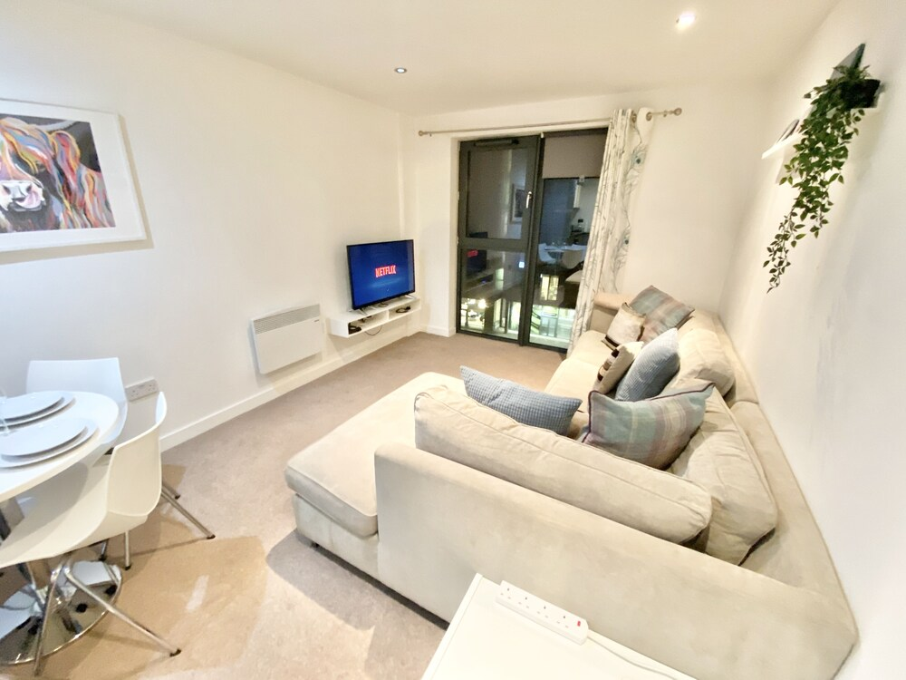 2 bed Apartment Parking Deep Cleaned Professionally