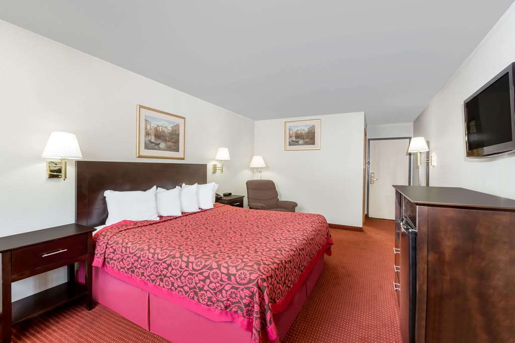Gallery image of Days Inn & Suites by Wyndham Des Moines Airport