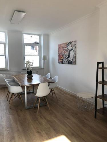 3 5 Zimmer Wohnung mit Balkon und zwei Stellplätze