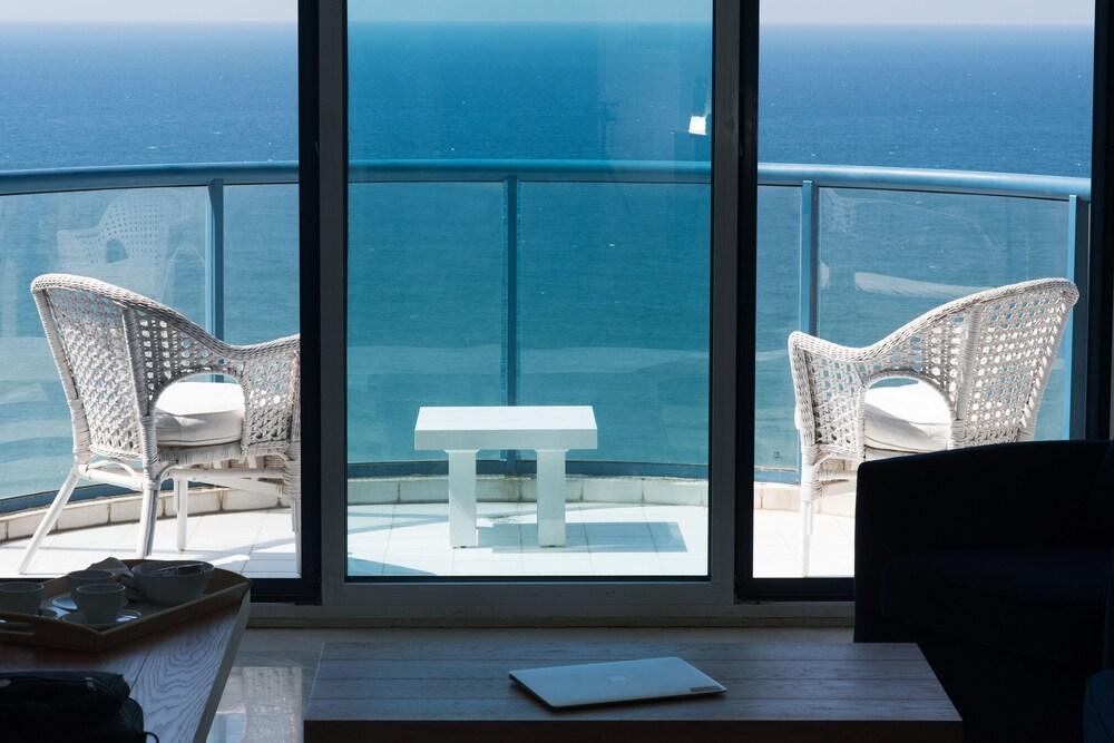 Luxurious Apt W Panoramic Sea View 75m