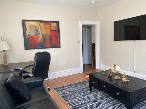Spacious Mins to Dunkin Center Mall Downtown & Colleges