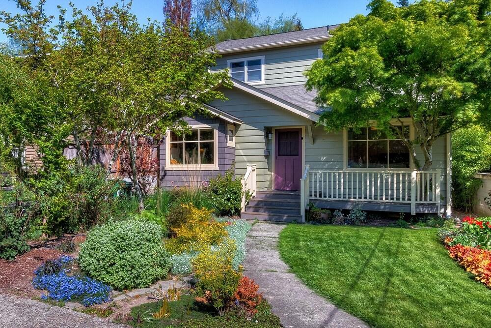 Lovely Laurelhurst Music Room & Sunny Yard 3 Bedroom Home