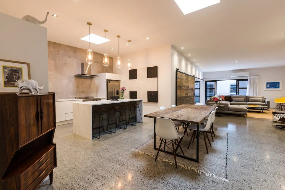 Designer 4 Bedroom Converted Loft Minutes to Skycity