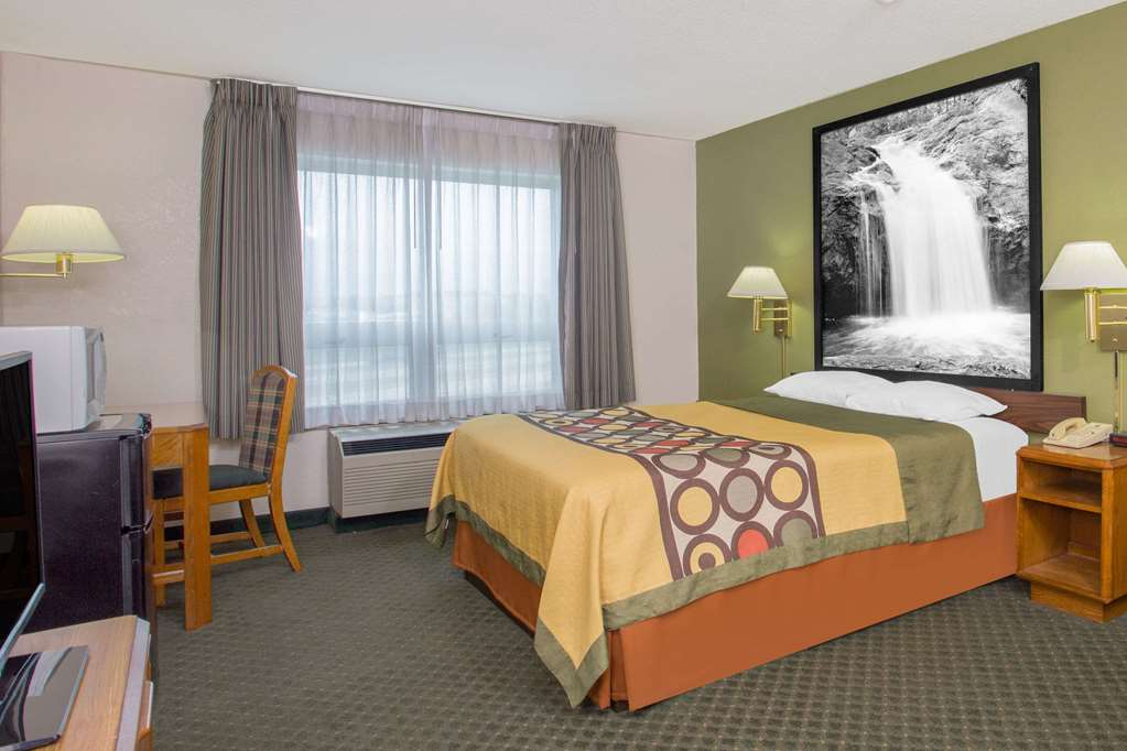 Gallery image of Super 8 by Wyndham Madison East