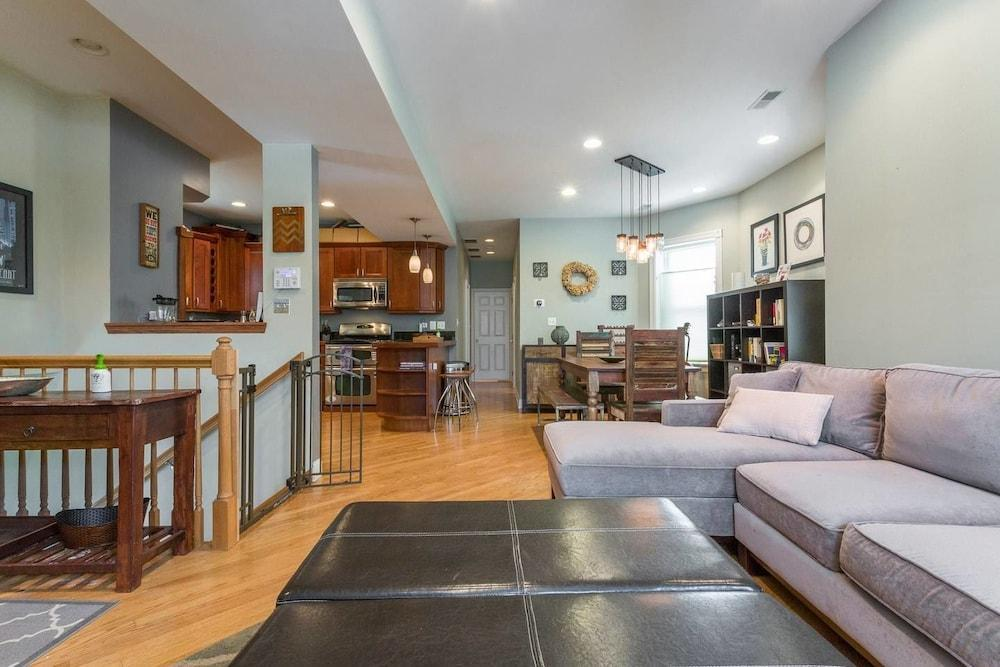 Spacious Split level Great For Groups