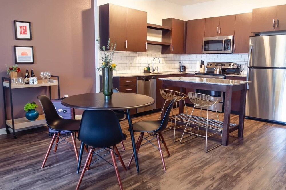 Chic 1br With Private Balcony Views In Dt Phoenix