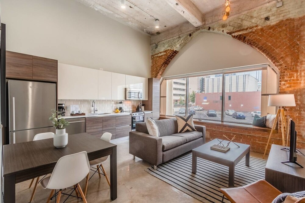 Stylish & Walkable 2 Bdrm In Heart Of Downtown