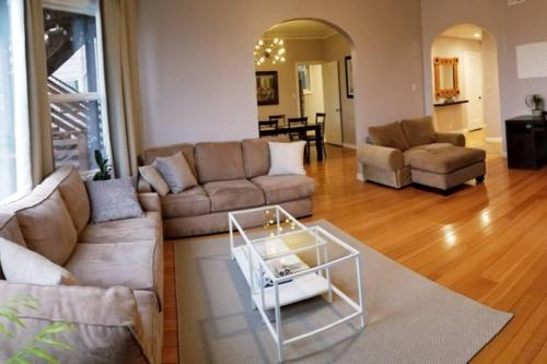 Modern Chic 3b 2ba flat patio Continental Breakfast inc. We disinfect after routine cleaning.