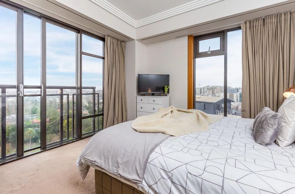 Metropolis 25th Floor With Balcony