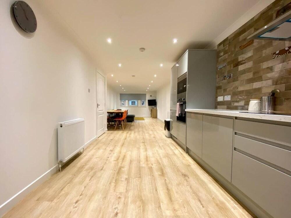 Large Modern 3 Bedroom Apartment Free Parking