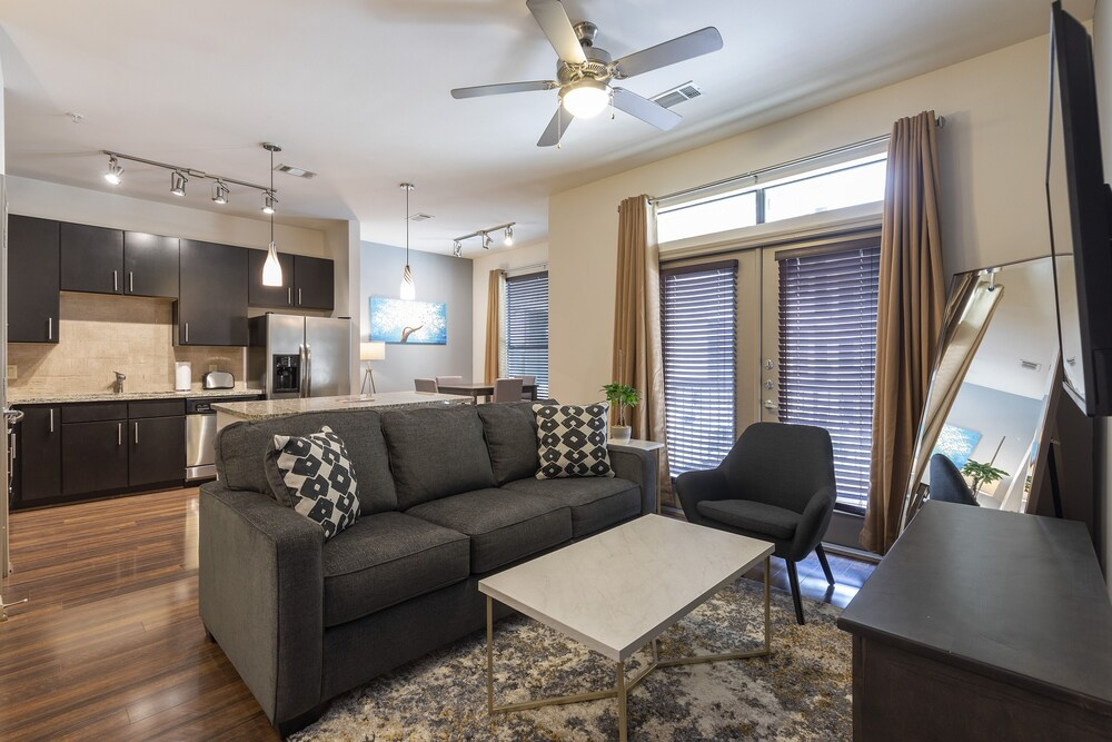 Luxurious King BED Living Midtown Fully Equipped Condo