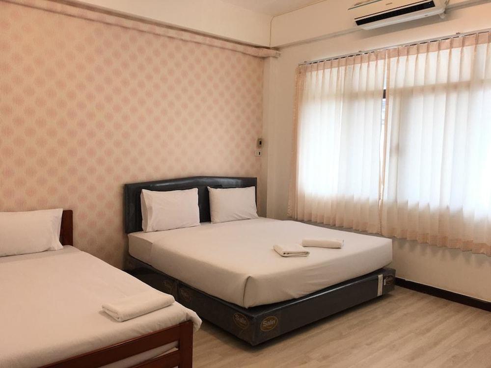 Sandee Room