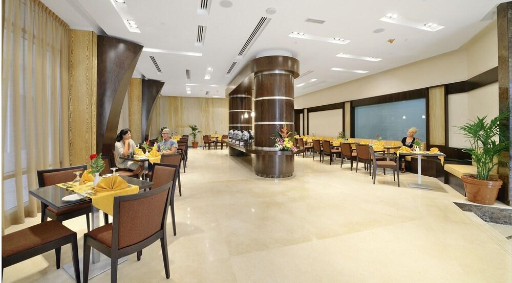Gallery image of Al Majaz Premiere Hotel Apartment