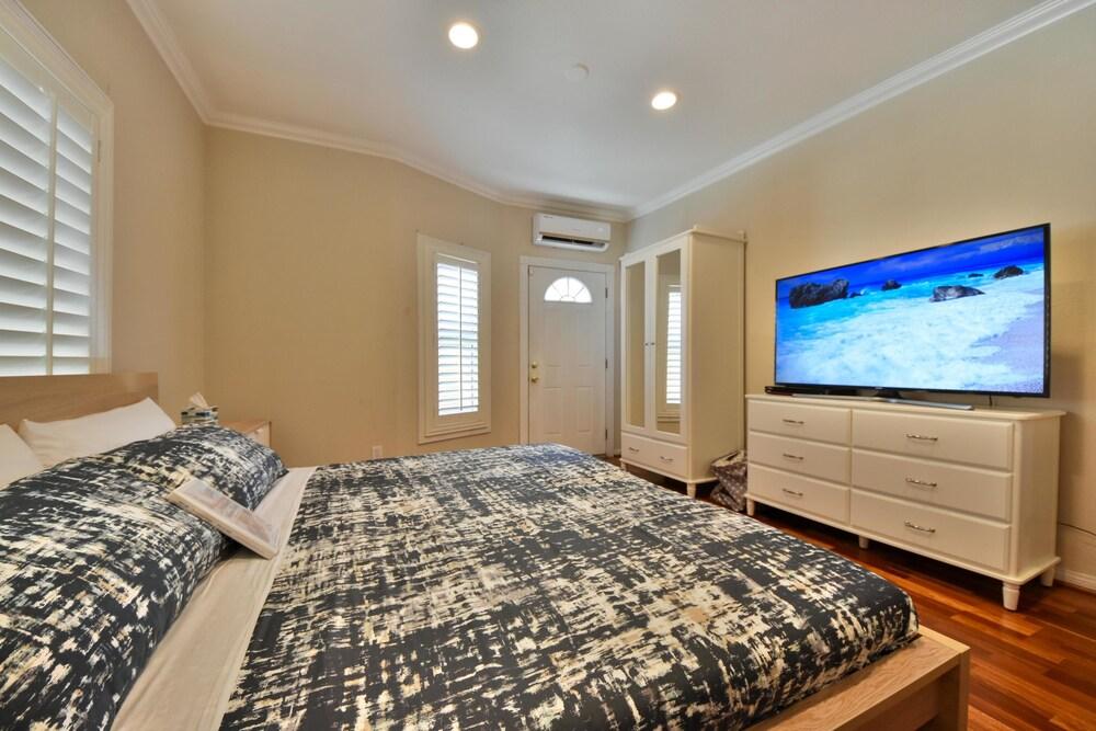 Spacious 2BD Home Next to Disneyland Sleeps 6