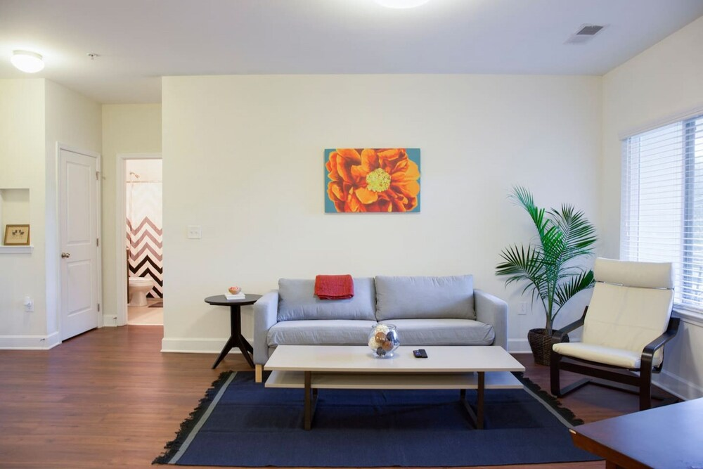 Modern 2BR with Balcony in Hip Plaza Midwood