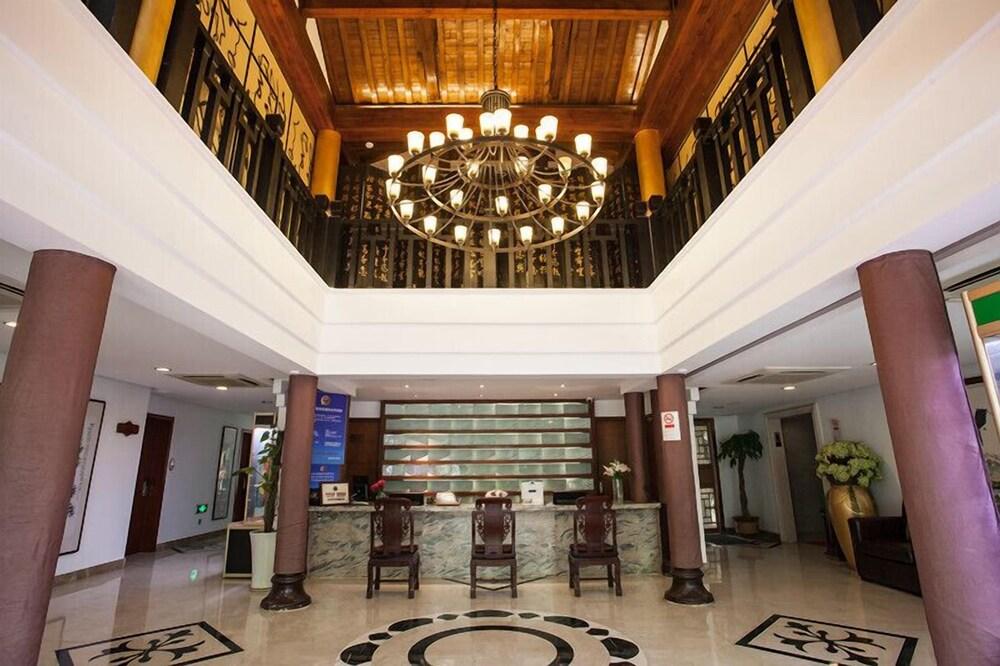 Yurong West Lake Cottage Resort Hotel
