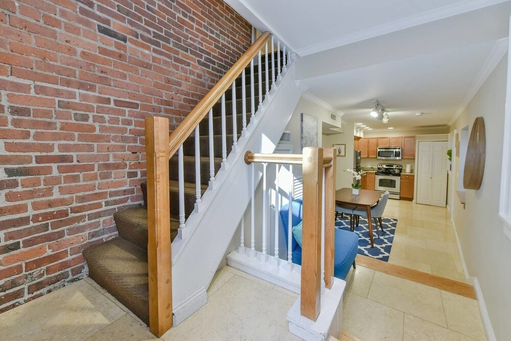 Spacious 1 BR Apt in Beacon Hill by Domio
