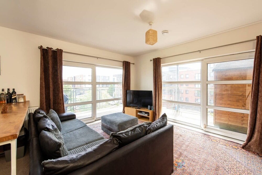 Cosy 2BR Apt for 4 With Private Balcony & Parking