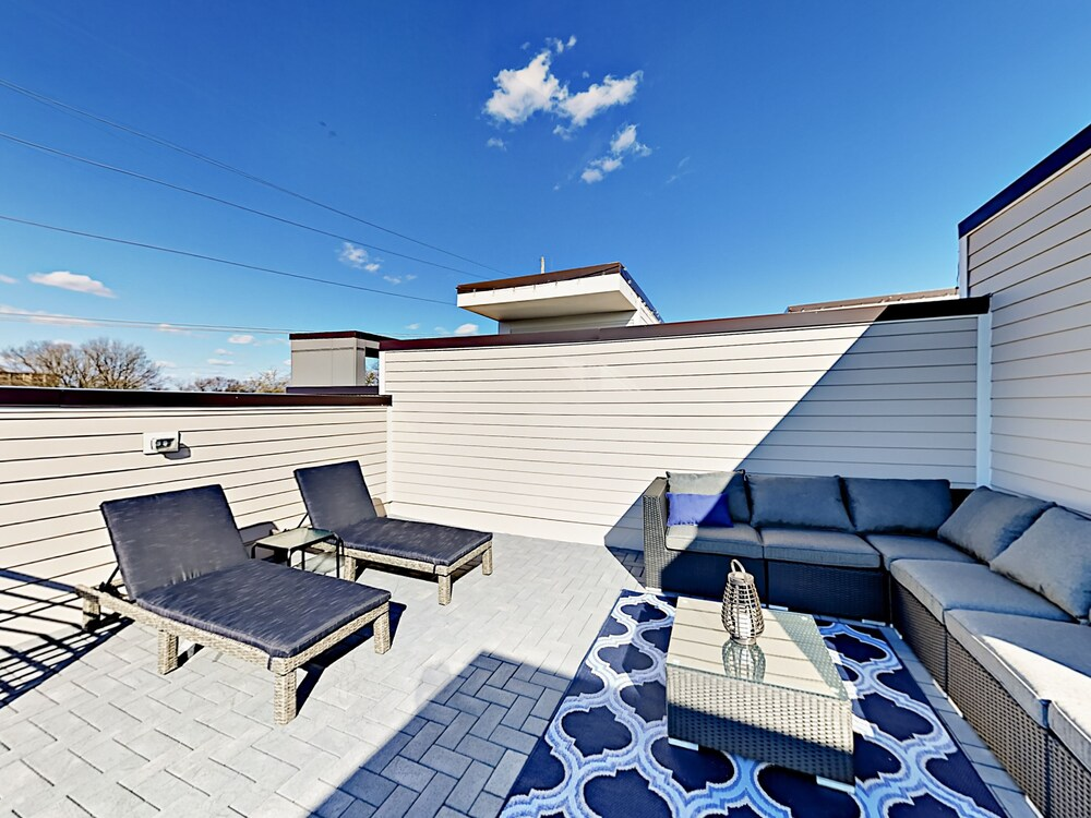 Luxury 3br 3.5ba W Rooftop Deck & Skyline View 3 Bedroom Townhouse