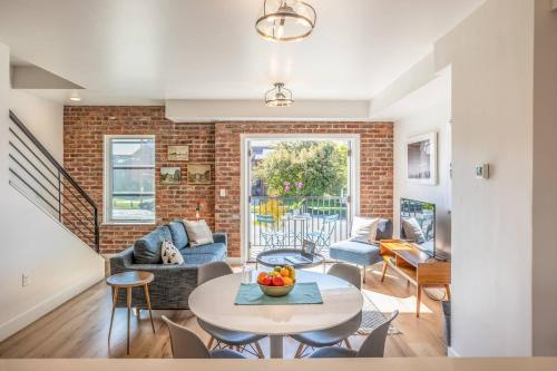 Downtown Modern Townhouse Gem Walkable to Everything Free Parking